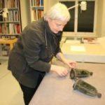 Textilrestauratorin Geertje Gerhold konnte dank der Spendenaktion 2016 den Zustand der Klingelbeutel erheblich verbessern, sodass ihre ehemalige Pracht wieder sichtbar ist.